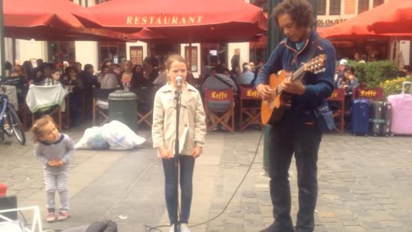 Den 11-årig flickan sjunger tillsammans med gatumusikanten - när hon öppnar munnen golvar hon alla