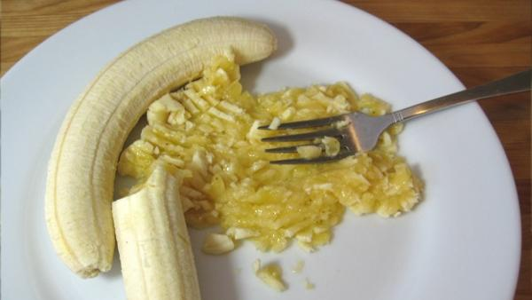 Vill du slippa den hemska hostan i vinter? Mosa då en banan och blanda den med dessa 2 ingredienser!