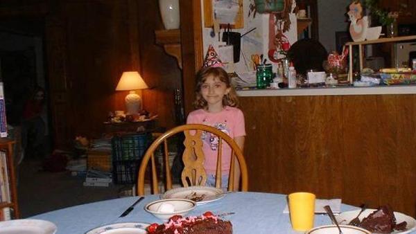 Hon tog kort på sin lilla dotter när hon fyllde 7 år - då fick hon se något hemskt i bakgrunden