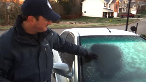 Så här tar du bort isen från vindrutan på bara några sekunder - GENIALT