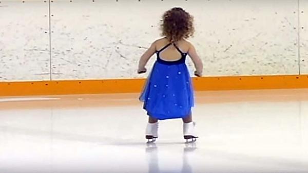 En liten 3-årig flicka uppträder i en skridskotävling – allas hjärtan smälter