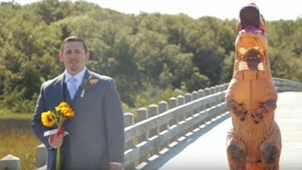 Han står nervöst och väntar på sin brud - men när han vänder sig om brister han ut i gapskratt