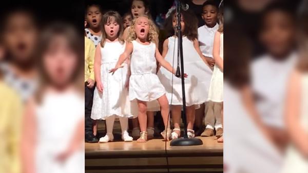 De filmar sin 4-åriga dotters uppträdande - men kolla bara på den blonda flickan i mitten