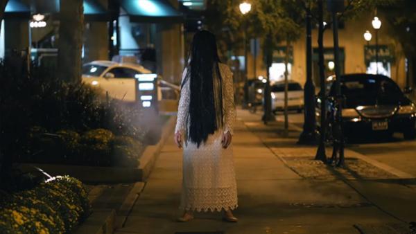En superläskig tjej som verkar ha återuppstått från de döda – se hur folk runt om reagerar på detta