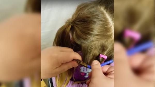 Han lindar in sin dotters hår i sugrör - se nu det otroliga resultatet när han släpper ut håret