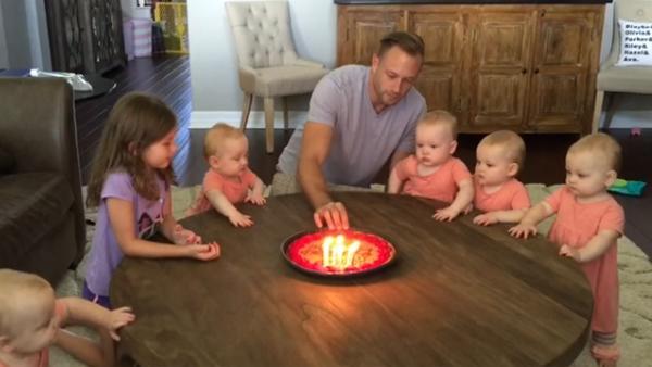 Se hur bebisarna reagerar då pappan ska blåsa ut ljusen på sin födelsedag