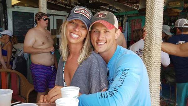 Ett par ber Internet om hjälp att photoshoppa bort killen utan tröja i bakgrunden - paret ångrar sig direkt