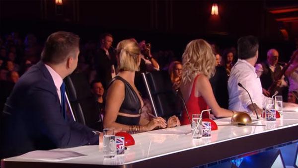 Publiken och juryn sitter lugnt och lyssnar på framträdandet - men sen kommer den riktiga överraskningen