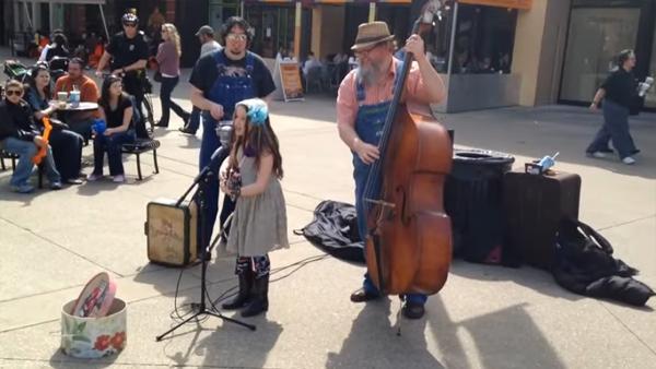 Flickan tar upp gitarren och tolkar Johnny Cash - sekunden senare får jag gåshud