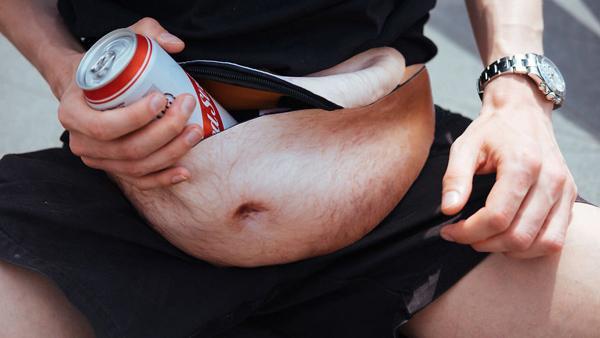 En magväska för människor som vill ha en ölmage utan att dricka öl och äta skräpmat