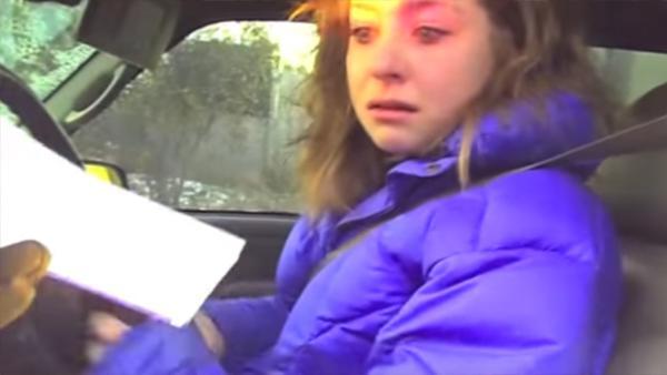 Hon blir stoppad av polisen och får sitt livs överraskning - se hennes underbara reaktion