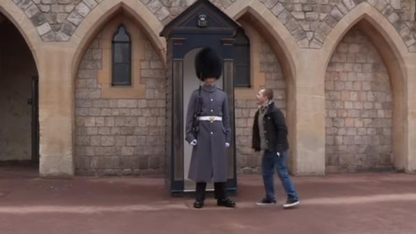 Han har Downs syndrom och besöker sin lillebror som vaktar slottet - ett helt fantastiskt ögonblick