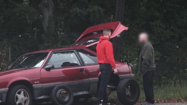 Ingen bryr sig om honom när hans bil gått sönder - men se bara vem som stannar och hjälper till