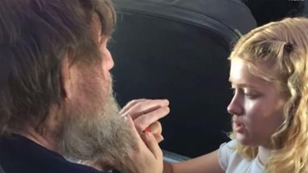 Den dövblinda mannen fick panik på flygplanet – då ryckte den 15-åriga flickan in och gjorde något helt otroligt