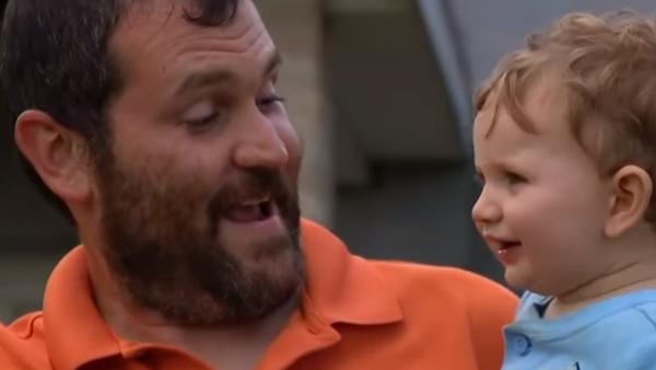 Främlingen försökte att kidnappa pojken - nu hyllas pappan över hela världen för sin snabba reaktion