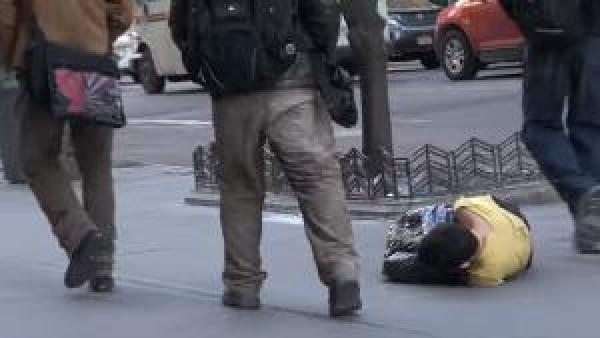 Den hemlösa pojken låg frusen på gatan med endast en soppåse som skydd - det som hände sen rörde oss till tårar