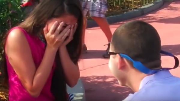 Flickvännen tror att Disney World frieriet är överraskningen tills någon smyger sig upp bakom henne