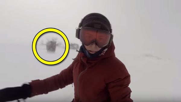 Hon filmar sig själv när hon åker snowboard - plötsligt dyker det upp en björn bakom henne