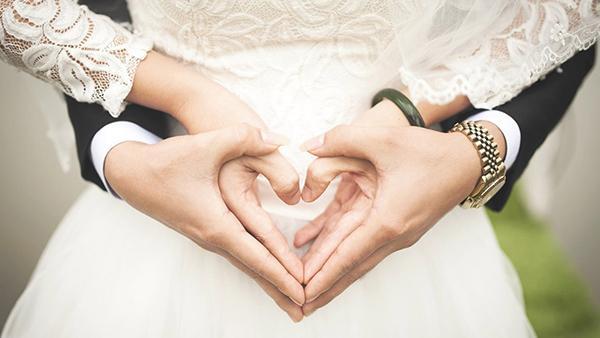 En ung kvinna gifter sig med en mycket äldre man – efter bröllopet gör de en fasansfull upptäckt