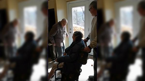 När paret skulle flytta till äldreboende blev de stoppade av sonen som hade en överraskning åt dem